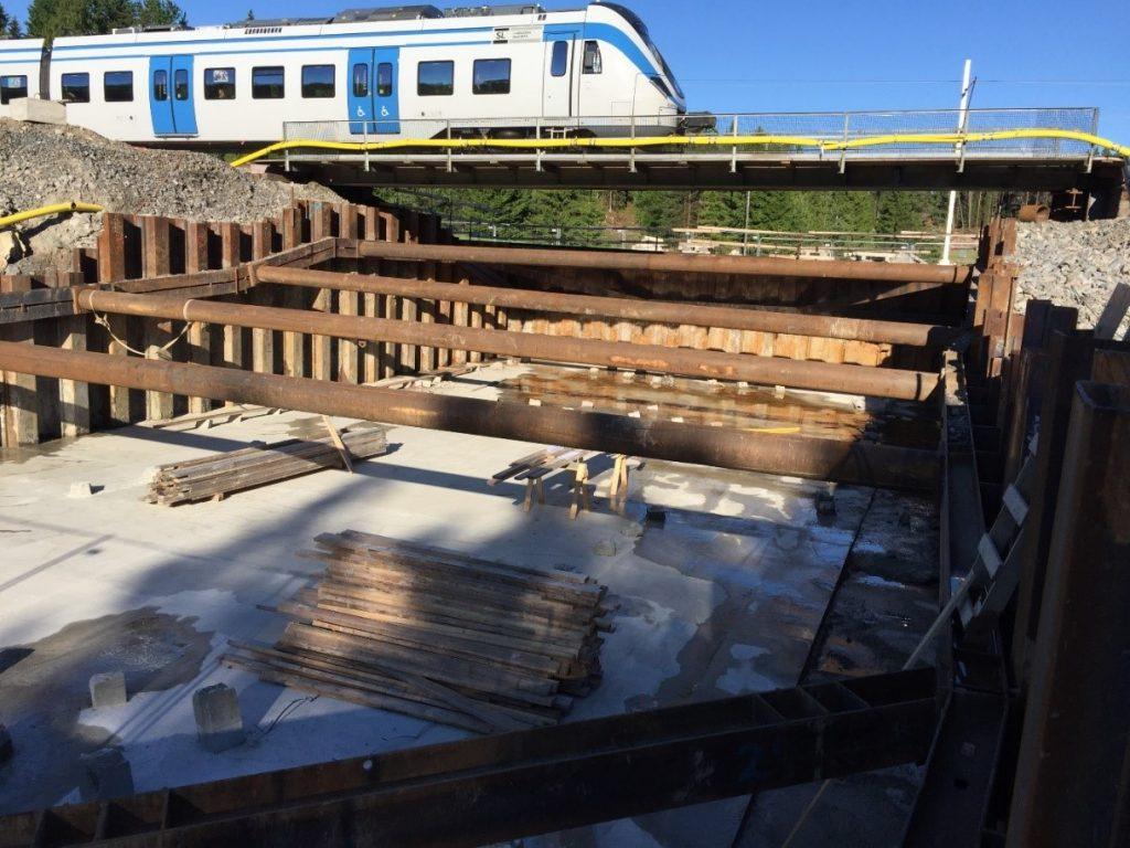 50 cm tjock arbetsbetong och 1 meter tjock bottenplatta för gångtunneln som står på betongpålar ner till berg.